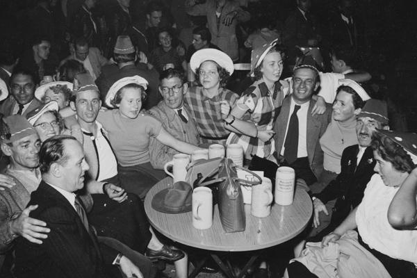 Besucher beim Feiern im Paulaner Zelt auf dem Münchner Oktoberfest.