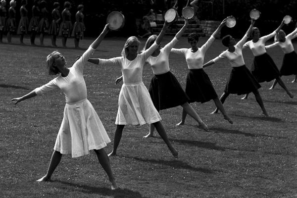Tanzgruppe mit Tamburinen im Englischen Garten in München.