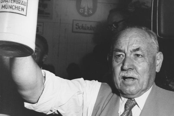 """Thomas Wimmer, Oberbürgermeister der Stadt München, hebt seinen Maßkrug mit der Aufschrift """"Spatenbräu München"""" zum Prosit."""