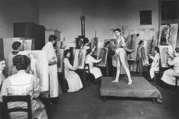 Die Damenklasse einer Schwabinger Kunstschule beim Aktzeichnen, vermutlich in der Damen-Akademie in der Barerstraße 21.