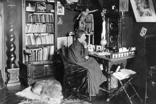 Die deutsche Frauenrechtlerin Anita Augspurg, spätere Mitbegründerin der Internationalen Frauenliga für Frieden und Freiheit, in ihrem Münchner Haus.