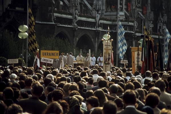 Erzbischof Joseph Ratzinger (der spätere Papst Benedikt XVI. ) zelebriert am Marienplatz die heilige Messe.