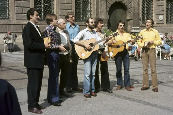 Missionare singen vor der Alten Akademie