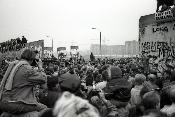 Eine Menschenmenge steht versammelt an der geöffneten Mauer am Potsdamer Platz.