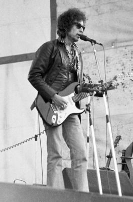 Bob Dylan bei einem Konzert auf dem Zeppelinfeld in Nürnberg allein auf der Bühne.