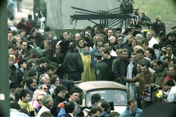 Menschen warten am 12. November 1989 darauf, die Grenze am Potsdamer Platz nach der Öffnung für den Autoverkehr zu überqueren.