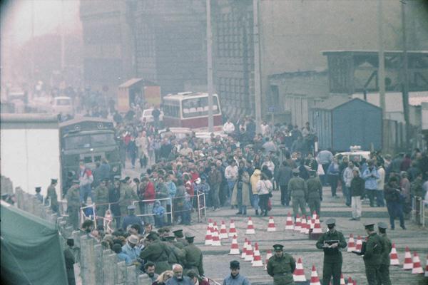 Menschen beobachten die Öffnung der Grenze für den Autoverkehr am Potsdamer Platz am 12. November 1989.