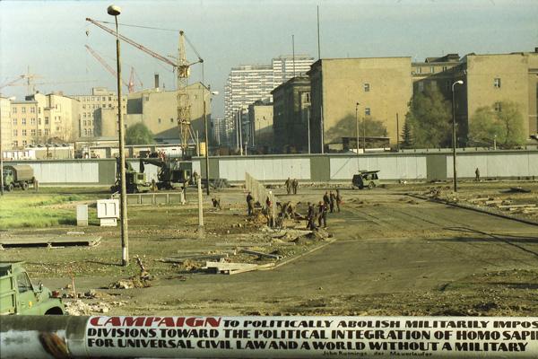 Soldaten öffnen die Mauer für den Autoverkehr am Potsdamer Platz am 12. November 1989.