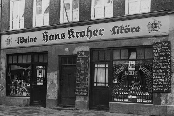 Die Fassade der Weingroßhandlung und Likörfabrik Hans Kroher in München.