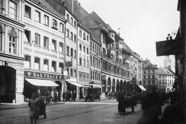 Blick in die Sendlinger Straße in München, Gebäude der Münchner Neuesten Nachrichten. Im Hintergrund der Turm des Neuen Rathauses am Marienplatz.