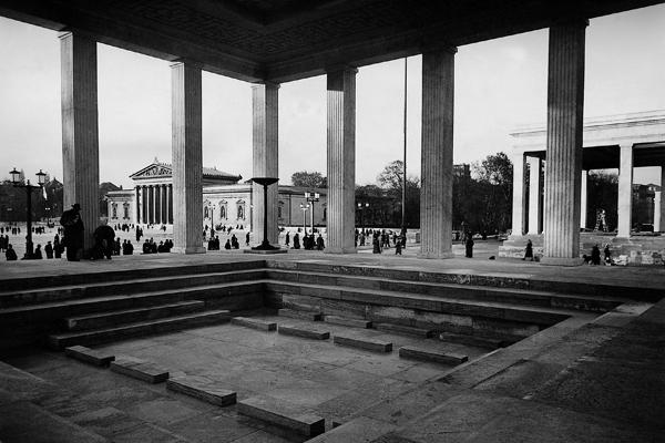 Blick in einen der Ehrentempel auf dem Königsplatz, im Hintergrund die Glyptothek.