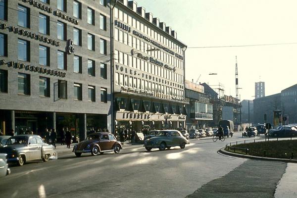 Autos und Fahrradfahrer auf der Sonnenstraße in München.