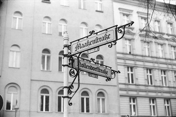 Berlin Straßenschild nach historischen Vorlagen.