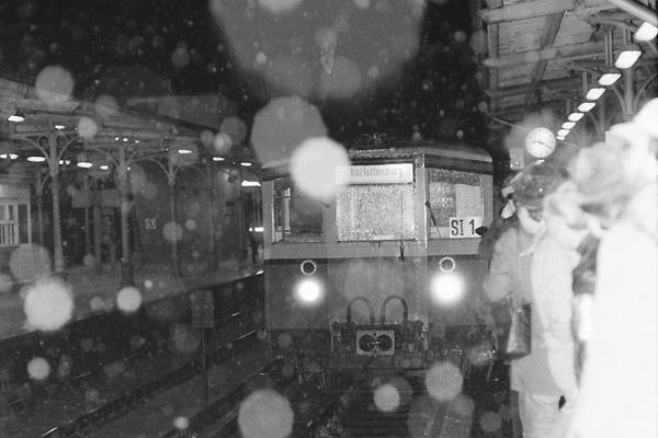 nach nur wenige Monate dauernde Verhandlungen Ende 1983 übernimmt die West Berliner BVG die S-Bahn von der DR in der Nacht vom 8.1.84 zum 9.1.84 zunächst werden nur 2 Rumpfstrecken des Netzes befahren. Hier ein par Impressionen im Umfeld dieser historischen Nacht und den folgenden Tagen. Zunächst zusätzlich zum Farbbild (schon bei Timeline) nun auch Schwarz-Weiß-Bilder des letzten DR-Zuges aus Wannsee nach Charlottenburg