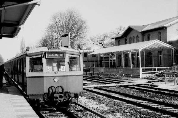 In einem Kraftakt hat die BVG im Winter 84-85 die Wannseebahn wieder für den Fahrgastverkehr hergerichtet Fahrzeugmangel zwingt die BVG sogenannte Passviertel einzusetzen. Bezeichnend für die Eile sind auch die provisorischen Zugzielschilder