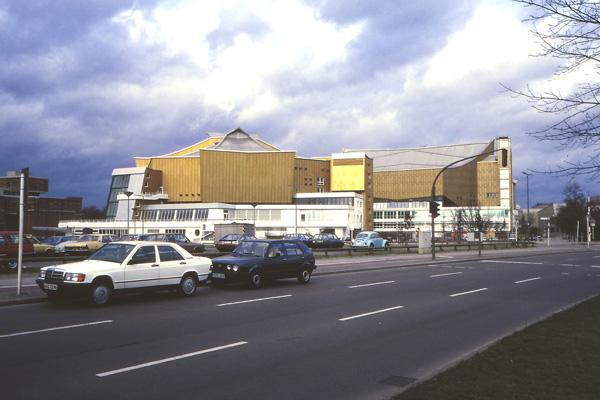 Blick über eine Straße auf den Kammermusiksaal der Berliner Philharmonie in West-Berlin.