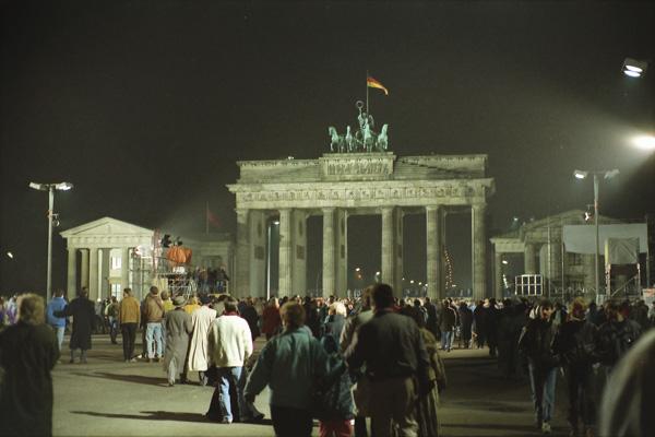 Menschenmenge auf dem Platz vor dem Brandenburger Tor am ersten Weihnachten nach dem Mauerfall.