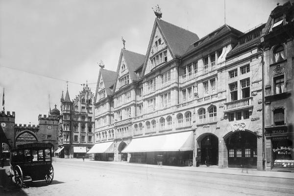 Die Neuhauser Straße in München, links das Karlstor. Rechts vor dem Karlstor das Hotel 'Deutscher Hof', in der Mitte das Kaufhaus Oberpollinger.