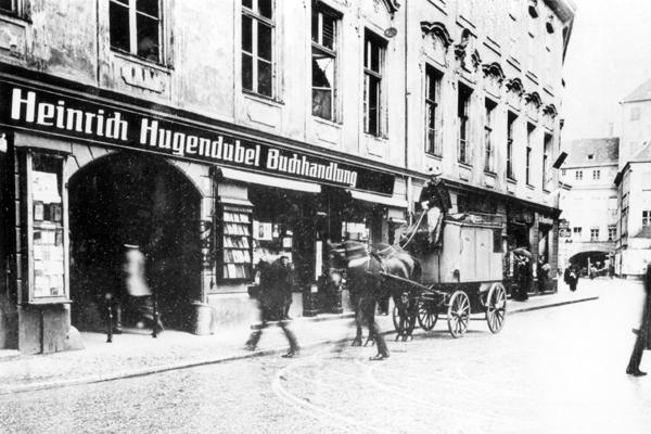 Die Buchhandlung Heinrich Hugendubel am Salvatorplatz 2 in München. Die Aufnahme stammt aus den 1920er Jahren.