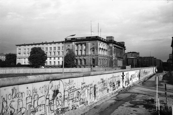 Blick auf den Preussischen Landtag, dem heutigen (2018) Abgeordnetenhaus Berlin. Das Gebäude grenzt auf Ost-Berliner Seite direkt an die Mauer. Die Aufnahme wurde von West-Berlin aus gemacht