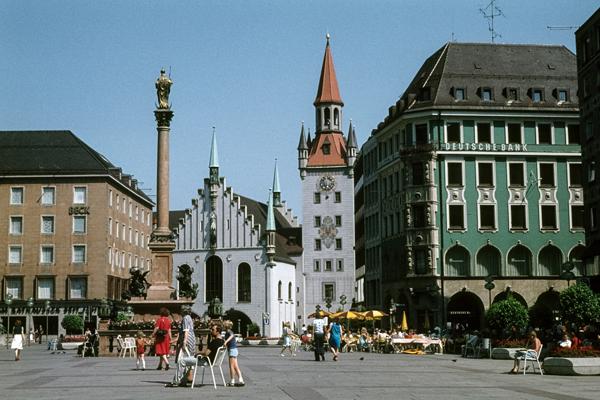 Auf dem Marienplatz genießen Menschen an einem Sonntag den Sommer..
