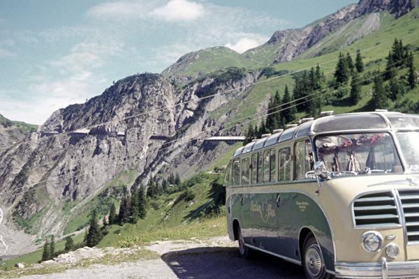 Anfang der 50er Jahre - kaum jemand hatte ein eigenes Auto. Aber die Sehnsucht, einen Ausflug ins nahegelegene Österreich zu Bergtouren zu unternehmen, war natürlich groß. Die Sektion Lechrain des Alpenvereines organisierte in einem rundlichen Kässbohrer-Bus Wochenendfahrten für die Wanderer und Kletterer, für Groß und Klein, unvergesslich! Uns Kindern wurde vom Busfahren grundsätzlich schlecht, auch das unvergesslich.