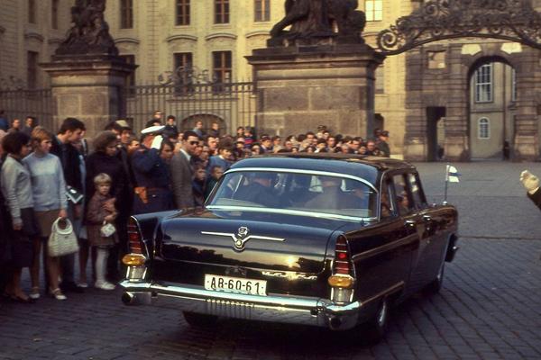 Staatsgäste vor der Prager Burg in einer Tschaika-Limousine.