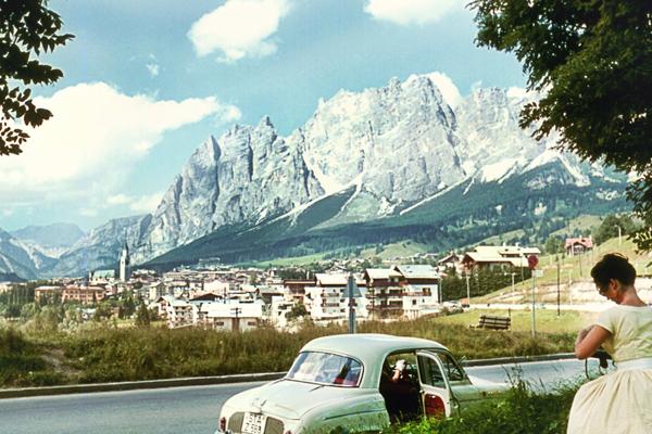 Junge Frau aus Auto ausgestiegen die das Panorama um Cortina d' Ampezzo fotografiert