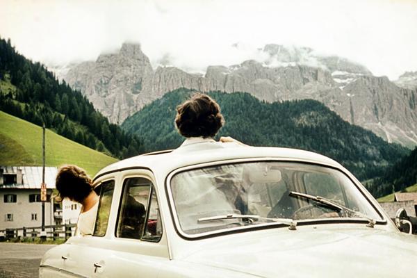 Zwei Fraueinköpfe recken sich aus dem Auto zum Blick auf den Sellastock