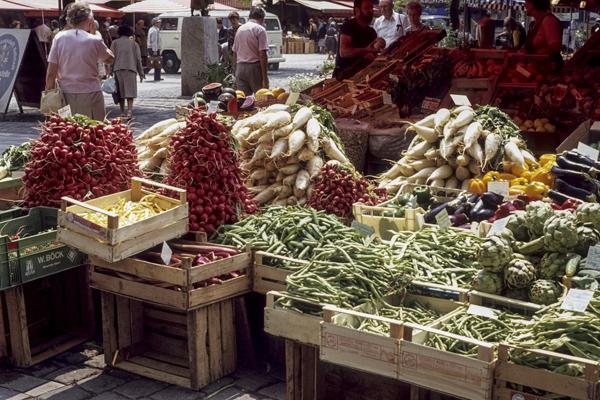Verschiedene Gemüsesorten an einem Verkaufsstand auf dem Münchner Viktualienmarkt.