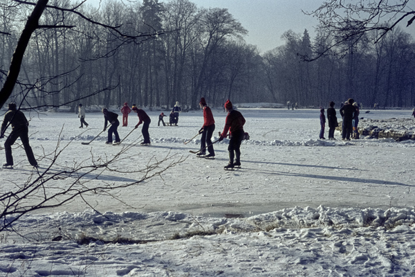 Wintersport auf den zugefrorenen Kanälen.