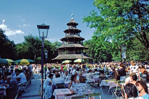 Menschen im Biergarten am Chinesischen Turm im Englischen Garten