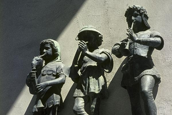 Die drei musizierenden Kinder auf der Nordseite des Haupttores.