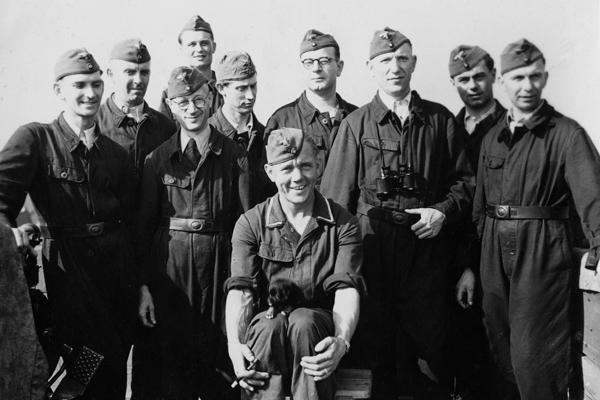 Eine Gruppe junger Flak-Soldaten mit einem kleinen Hund.