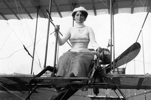 Die französische Fliegerin Madame Franck in ihrem Farman-Zweidecker, mit dem sie den Ärmelkanal überfliegen will.