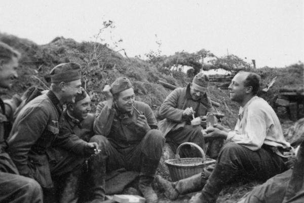 Ein französischer Zivilist teilt Essen mit deutsche Soldaten in der Normandie.