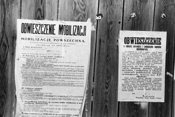 Zwei Plakate zur allgemeinen Mobilmachung und zur Einberufung der Soldaten anlässlich des Überfalls der deutschen Wehrmacht auf Polen.