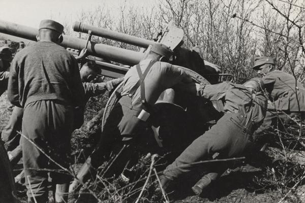 Deutsch Soldaten und rangieren mit einer 10,5cm leichten Feldhaubitze 18  (undatierte Aufnahme).