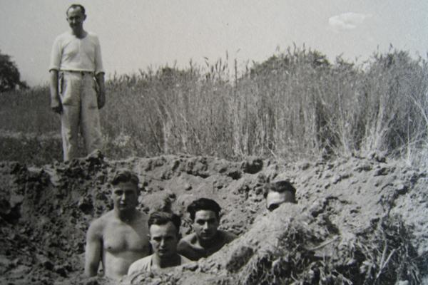 Vier junge Soldaten sind beauftragt, einen bei einem nächtlichen Luftangriff entstandenen Bombentrichter in Henrichenburg zu beseitigen.