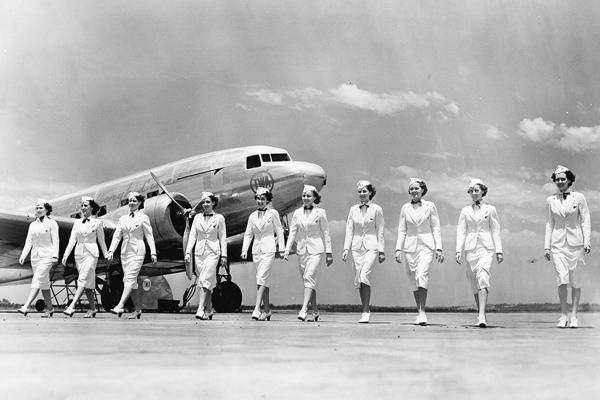 Stewardessen vor einer Douglas DC 3 der amerikanischen Fluggesellschaft TWA. Die Stewardessen, die alle über 250.000 Meilen geflogen sind und den 250.000-Meilen-Club bilden, präsentieren die neuen Sommeruniformen. Die Stewardessen sind v.li.: Margaret Clark, Gladys Entriken, Adele Jenkins, Geraldine Marvin, Velma Myers, Clare Foley, Eva McIntyre, Ida Staggers, Isabel Pearson, Leah French.