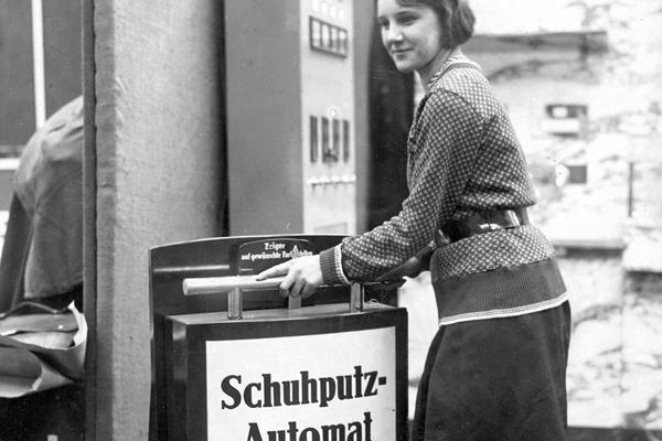 Auf der Reichsgastwirtmesse am Kaiserdamm wird ein neuartiger Automat zum Schuhputzen vorgestellt.