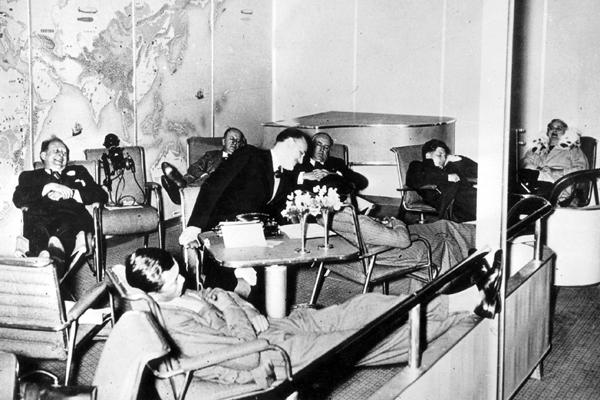 Passagiere im Musikzimmer des Luftschiffes Hindenburg bei einer seiner Fahrten im Jahre 1936.