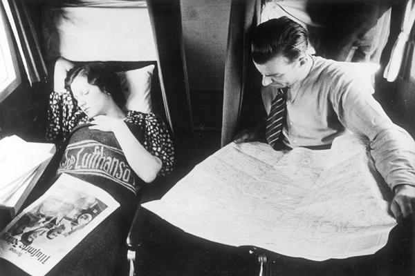 Eine Frau schläft in einem der durch einen Vorhang abteilbaren Ruhebetten, mit denen die Kabine der auf der Strecke nach Kabul eingesetzten Junkers der Deutschen Lufthansa ausgestattet ist.