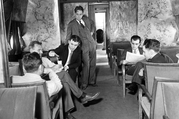 Während des Aufenthalts in New York besichtigen amerikanische Journalisten das Flugboot. Das Bild zeigt sie im Salon der Dornier Do X.