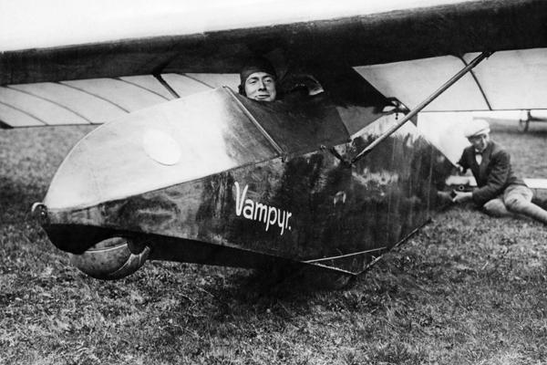 Der Ingenieur Hentzen, Inhaber des Weltrekords im Segelflug, in seinem Rekordflugzeug 'Vampyr' beim Segelflugwettbewerb in der Rhön.