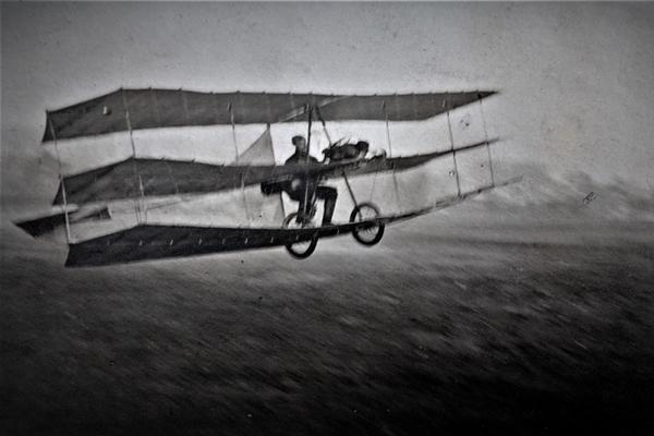 Hans Grade am 28. Oktober 1908 beim ersten motorisierten Flug in Deutschland auf dem Kleinen Cracauer Anger in Magdeburg in seinem selbst gebauten Dreidecker mit Sechs-Zylinder Zweitaktmotor.