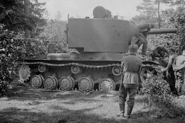Wehrmachtssoldaten untersuchen einen ausgefallenen russischen Panzer KW 1. Das Bild wurde durch einen Angehörigen des Radfahrgrenadierregiment 2 / Radfahrsicherungsregiment 2, an der Ostfront aufgenommen. Vermutlich während der Zeit des Vormarschs im Sommer 1941