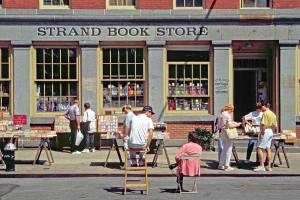 Buchladen mit Straßenverkauf in Lower Manhattan in New York