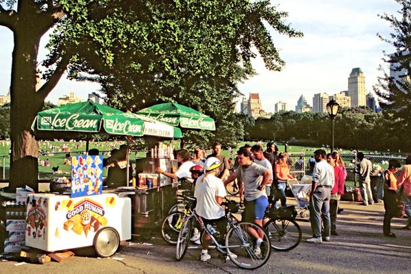 Viele Menschen stehen am Eiscreme-Stand im Central Park in Manhattan