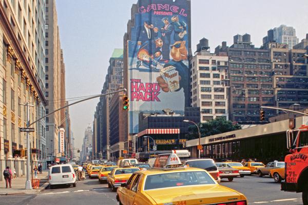 Yellow Cabs vor Camel Werbung für Zigaretten an Hauswand in Manhattan